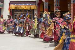 西藏喇嘛在跳舞Tsam在佛教节日的面具穿戴了奥秘舞蹈在Hemis Gompa 拉达克,北部印度 免版税图库摄影