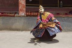 西藏喇嘛在跳舞Tsam在佛教节日的面具穿戴了奥秘舞蹈在Hemis Gompa 拉达克,北部印度 免版税库存图片