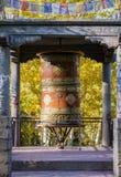西藏地藏车和黄色叶子 免版税库存照片