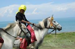 西藏妇女骑乘马 图库摄影