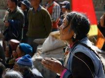 西藏妇女,祷告 免版税图库摄影