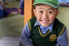 年轻西藏学生在Leh的SOS儿童的村庄在拉达克 免版税库存照片