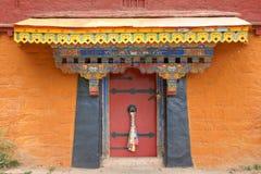 西藏寺庙门 免版税库存图片