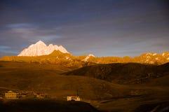 西藏山黄昏  库存照片