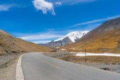 西藏漫长的路 免版税图库摄影