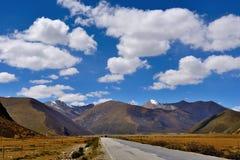 西藏的最美丽的路 免版税库存图片