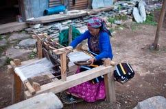 西藏编织的妇女 免版税库存照片
