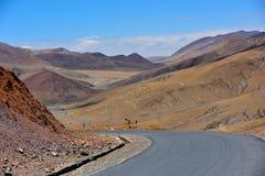 西藏美丽的路 免版税库存图片