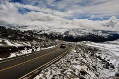 西藏长的路向前与在前面的高山 免版税库存照片