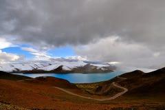 西藏雪山湖 免版税库存图片