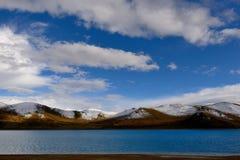 西藏雪山湖 免版税库存照片