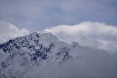 西藏雪山神圣的湖云彩 免版税库存照片