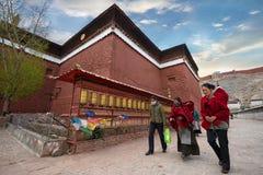 西藏香客盘旋圣洁Pelkor Chode修道院 免版税库存照片