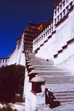 西藏:对佛教Monastry的楼梯在拉萨 库存图片