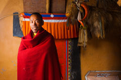 西藏Dhankar修道院修士微笑的红色 图库摄影