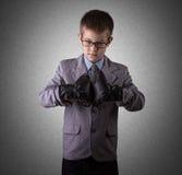 西装和拳击手套的小男孩 免版税图库摄影