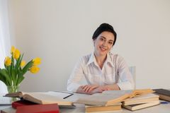 西装的一名妇女在办公室读书 库存照片