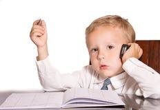 西装的小男孩谈话关于财政问题 免版税库存图片