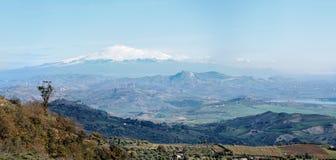 西西里人的农村横向在与雪峰顶的冬天 免版税库存照片