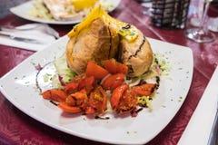 西西里人的卷、蕃茄和桔子盘  免版税库存照片