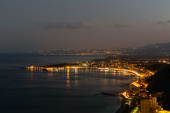 西西里人的海岸在陶尔米纳附近的晚上西西里岛的,意大利 免版税图库摄影