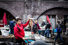 西西里人的渔夫在Catani上鱼市显示一个章鱼  免版税库存照片