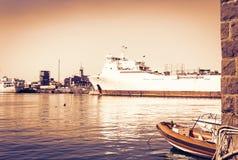 西西里岛日落,卡塔尼亚港务局,与帆船的海景 免版税库存照片
