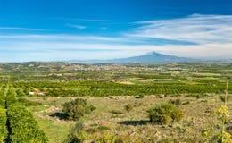 西西里岛的全景有埃特纳火山和斯科尔迪亚镇的 意大利 免版税库存图片
