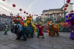 西贡、越南- 2018年2月15日-龙和舞狮在春节节日显示 免版税图库摄影