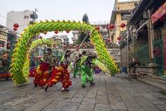 西贡、越南- 2018年2月15日-龙和舞狮在春节节日显示 库存图片