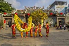 西贡、越南- 2018年2月15日-龙和舞狮在春节节日显示 免版税库存照片