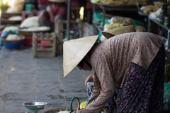 西贡,越南- 2017年6月30日:圆锥形帽子的资深妇女在市场,西贡,越南上 库存照片