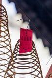 西贡,越南- 2018年2月13日-螺旋香火在Thien Hau塔黏附垂悬从天花板,致力中国海 免版税库存照片
