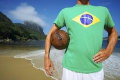 巴西足球足球运动员在里约海滩站立 库存图片