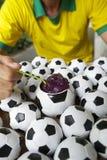 巴西足球运动员吃与橄榄球的Acai 免版税库存照片