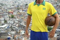 巴西足球运动员足球Favela 免版税图库摄影
