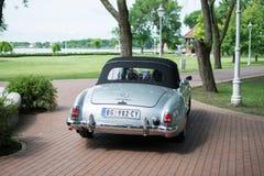 默西迪丝190从1964年cabrio的SL在老朋友陈列在塞尔维亚 免版税库存照片