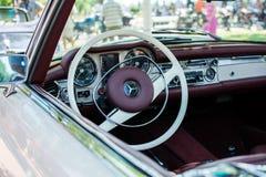 默西迪丝SL280从1971年在每年老朋友车展苏博蒂察2015年 库存照片