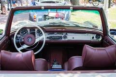 默西迪丝SL280从1971年在每年老朋友车展苏博蒂察2015年 库存图片