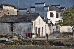 """西迪,安徽,中国†""""大约2017年10月:吃她的在她的房子前面的妇女早餐在西迪 免版税库存图片"""