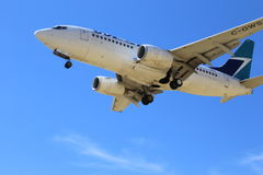 西部喷气机在每个机场登陆在加拿大 免版税库存照片