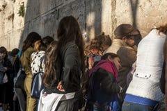 西部墙壁的祈祷的妇女 库存照片