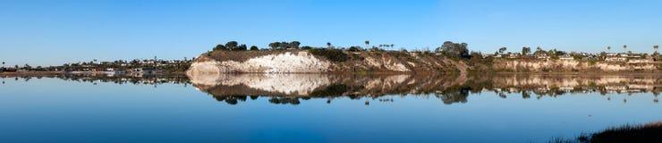 西部峭壁的全景在后面海湾的在新港海滨加利福尼亚 免版税库存图片