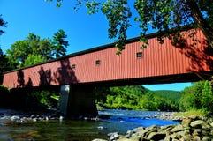 西部康沃尔郡, CT :被遮盖的桥 图库摄影