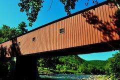 西部康沃尔郡, CT :1864被遮盖的桥 免版税库存照片