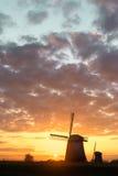 西部弗里斯,荷兰, 2015年:在日落的两台风车在  库存照片