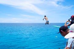 西部看法,哥伦比亚- 2017年10月03日:跳跃,游泳和享受在华美的未认出的人美丽的景色 免版税库存照片