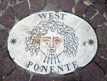 西部-象征风的方向的头 在一块大理石平板的一个古老图象在圣皮特圣徒・彼得` s正方形在梵蒂冈 Europ 免版税库存照片