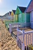 西部MERSEA, ESSEX/UK - 7月24日:在西部Mersea的海滩小屋 免版税库存照片