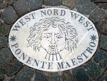 西部Nord西部西部西北部-象征风的方向的头 在一块大理石平板的一个古老图象在圣皮特圣徒・彼得` s S 库存照片